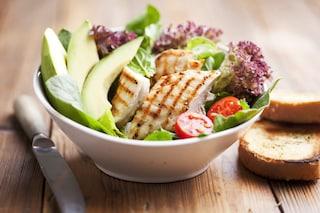 Insalata di pollo e avocado: la ricetta del secondo piatto estivo fresco e gustoso