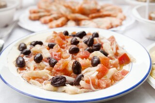 Insalata di merluzzo: la ricetta fredda con capperi e pomodorini