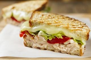Sandwich di pollo: la ricetta con pollo grigliato veloce e saporita