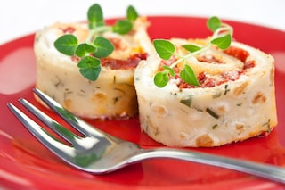 Rotolini di crepes al pomodoro: la ricetta dell'antipasto con crema di pomodori secchi