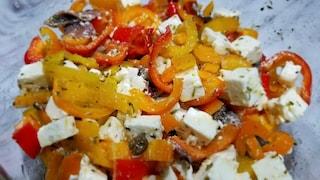 Insalata di peperoni, feta e acciughe: la ricetta fresca per l'estate