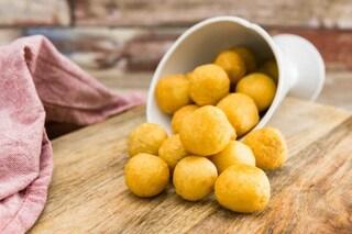 Olive in crosta di parmigiano: la ricetta dell'antipasto veloce ideale per il finger food