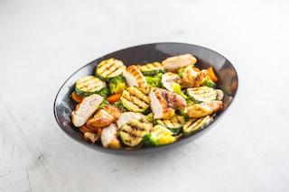Straccetti di pollo alla griglia con zucchine e carote: la ricetta del piatto light