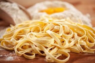 Come fare le fettuccine: trucchi e segreti per fare in casa la pasta all'uovo