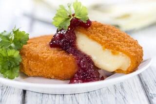 Camembert fritto: la ricetta per prepararlo croccante e con cuore filante