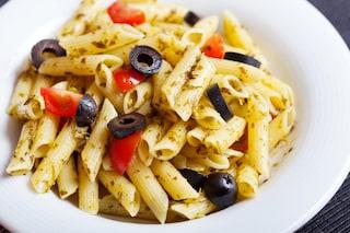 Penne con olive nere e pomodoro: la ricetta del primo semplice da gustare freddo