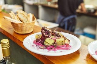 Polpo arrosto con patate: la ricetta del secondo che unisce semplicità e gusto
