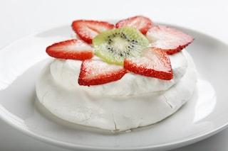 Tortine meringate con kiwi e fragole: la ricetta del dolce estivo, goloso e leggero