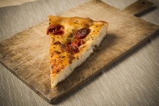 Focaccia barese: la ricetta per prepararla come il Panificio Fiore di Bari Vecchia