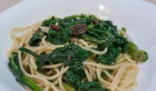 Spaghetti con cime di rapa: la ricetta del primo piatto pugliese con acciughe