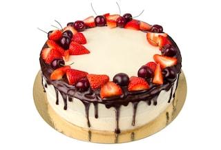 Torta con fragole, ciliegie e crema pasticcera al cioccolato: la ricetta del dolce goloso
