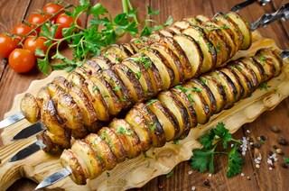 Spiedini di patate: la ricetta del contorno sfizioso e saporito al forno