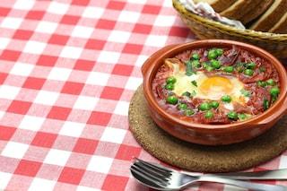 Uova e piselli al sugo: la ricetta del secondo piatto al pomodoro veloce e gustoso