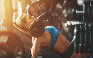 Cinque esercizi con manubri per allenare i pettorali