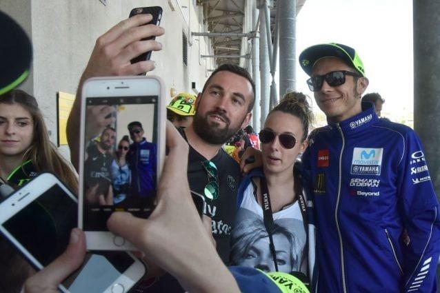 Valentino Rossi, 41 anni, in posa per un selfie con i fan / Getty