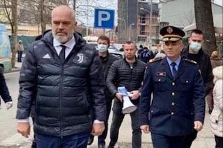 """Coronavirus, premier albanese in strada con il giubbotto della Juventus: """"Restate a casa"""""""