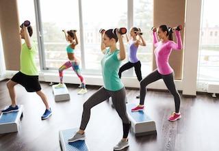 Allenamento con lo step: 6 esercizi da fare in casa