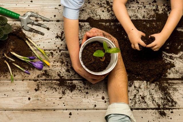 Come fare giardinaggio con i bambini: giochi e idee