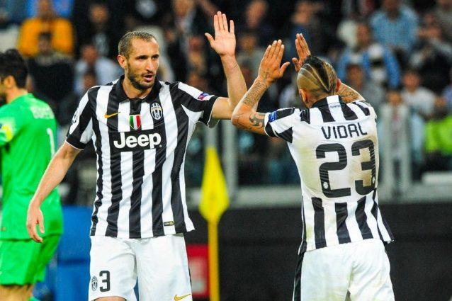 Vidal, bordata contro Chiellini: