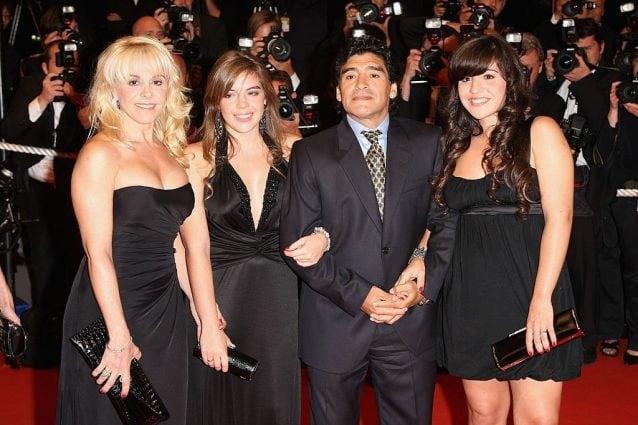 Maradona accanto alle figlie, Dalma e Giannina, e alla ex moglie, Claudia Villafane