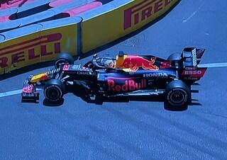Verstappen come Leclerc: il pilota Red Bull finisce a muro nelle prove libere 3 del GP di Baku