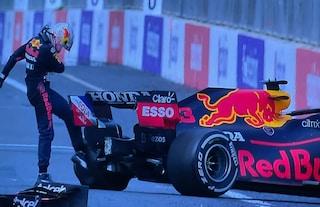 Verstappen tradito da una gomma: incidente beffa al GP Baku di F1 e calci alla Red Bull