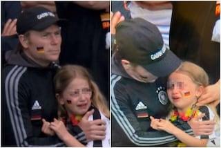 L'immagine della bambina tedesca che piange scatena l'esultanza dei tifosi dell'Inghilterra