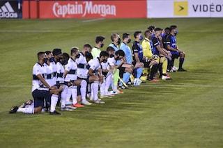Perché i calciatori si inginocchiano prima delle partite