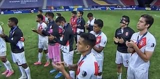Nessun giocatore toglie la medaglia del 4° posto dopo la premiazione: lezione di sportività del Perù