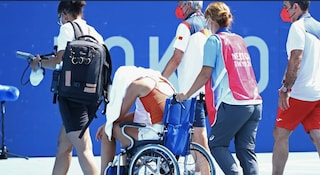 A Tokyo condizioni estreme, Paula Badosa crolla: costretta al ritiro su sedia a rotelle