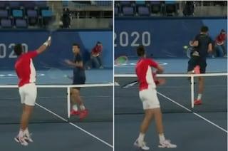 """L'atteggiamento di Djokovic in campo alle Olimpiadi fa discutere: """"Ha quasi colpito anche Luisa"""""""