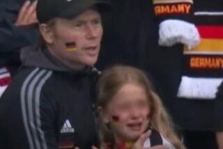 La colletta per la bambina tedesca derisa arriva a una cifra mostruosa: ma la famiglia si nasconde