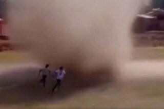 Terrore in Bolivia, dal nulla spunta in campo un diavolo di sabbia: si scatena il fuggi fuggi