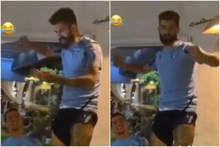 """Hysaj canta Bella Ciao col pugno alzato, i tifosi della Lazio: """"Magari si spacca tutto"""""""