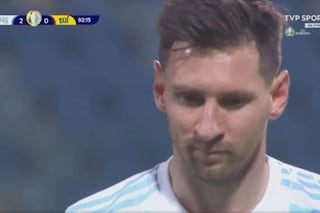 Messi stellare: il rigore diventa una punizione col VAR, ma lui sorride perché già sa come andrà