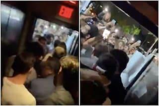 La serata da incubo di Messi: esce da un locale, la folla lo aggredisce per un selfie