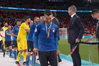 Spinazzola in campo con le stampelle festeggia l'Italia campione d'Europa