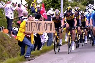 """Graziata la spettatrice che ha atterrato 50 corridori al Tour: """"Quel cartello era un messaggio"""""""