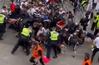 """""""Mai più queste scene vergognose"""": l'inchiesta della FA sugli incidenti prima di Italia-Inghilterra"""