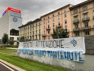 """Tensione in casa Inter, striscione dei tifosi contro la cessione di Lukaku: """"Fate attenzione"""""""