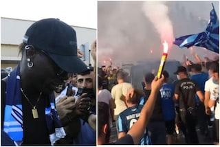 Scene di follia per Balotelli in Turchia: l'arrivo di Super Mario è da idolo dei popoli