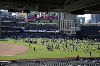 Madre e figlio precipitano nel vuoto allo stadio e muoiono: tragedia nella MLB a San Diego