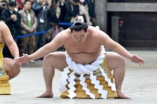 Si ritira Hakuho, il più grande campione di sumo che tradì la Mongolia per la gloria del Giappone