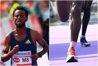 Hurisa vince la maratona ma viene tradito dalle sue scarpe: gli organizzatori lo squalificano