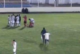Entra in campo per soccorrere un calciatore ma succede l'impensabile: barelliere finisce ko