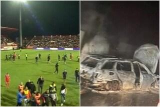 Non dà un rigore alla squadra di casa: ultrà aggrediscono l'arbitro e danno fuoco alla sua auto