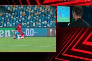 Il Var corregge l'arbitro due volte: espelle Rui del Napoli, annulla il rigore per lo Spartak