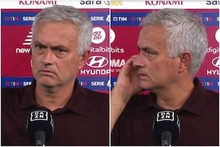 """Mourinho interrompe l'intervista, il gesto 'speciale' spiazza tutti: """"Lasciate parlare lui"""""""