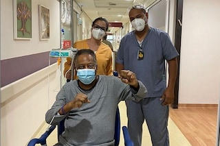 """Pelè non molla, dall'ospedale pugni al cielo contro il tumore: """"La miglior medicina è il buonumore"""""""