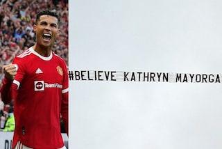 """Lo striscione """"Credo a Kathryn Mayorga"""" su Old Trafford: la protesta contro Cristiano Ronaldo"""